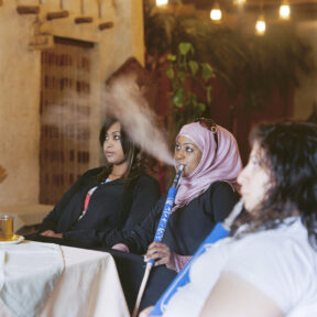 Shisharaucherinnen, Restaurant bei Al Ain