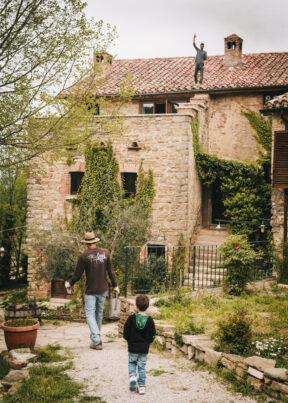 ItalienUmbrienMonetesevoleTribewantedArbeiten auf dem Dach des Hauses