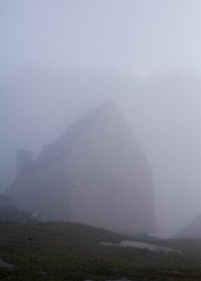 Wanderung über den GotthartSchweizAm Gotthart morgendlicher Nebel
