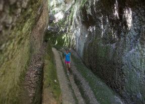 ItalienToskanaReittour durch die MaremmaEtrusker Tunnel bei Sorano