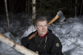 Lars MyttingHinter seinem Haus im Wald beim HolzhackenElverumNorwegen