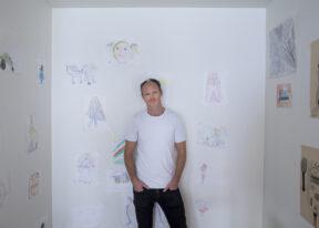Harald EiaIn seinem Haus mit Kinderzeichnungen der TöchterOsloNorwegen